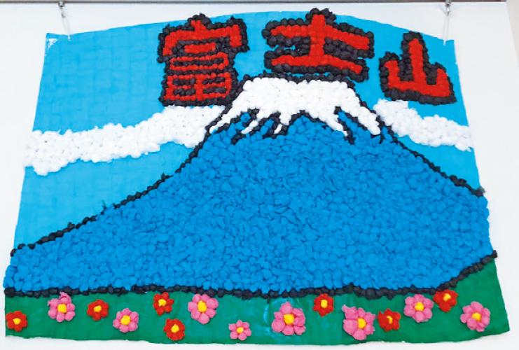 お花紙で富士山の壁面を作りました
