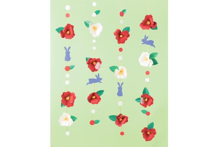 花びらをカールさせて「椿の吊るし飾り」